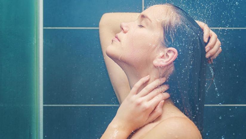 Девушки принимают душ фото