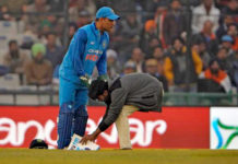 Fan-Touched-MS-Dhoni-Feet